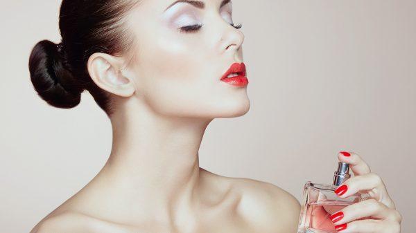 Cách sử dụng nước hoa mini khi không có vòi xịt